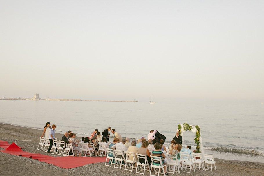 Boda en Sotogrande en el Club de Playa Octógono - Cuatro Corazones Fotografía por Juanlu Corrales