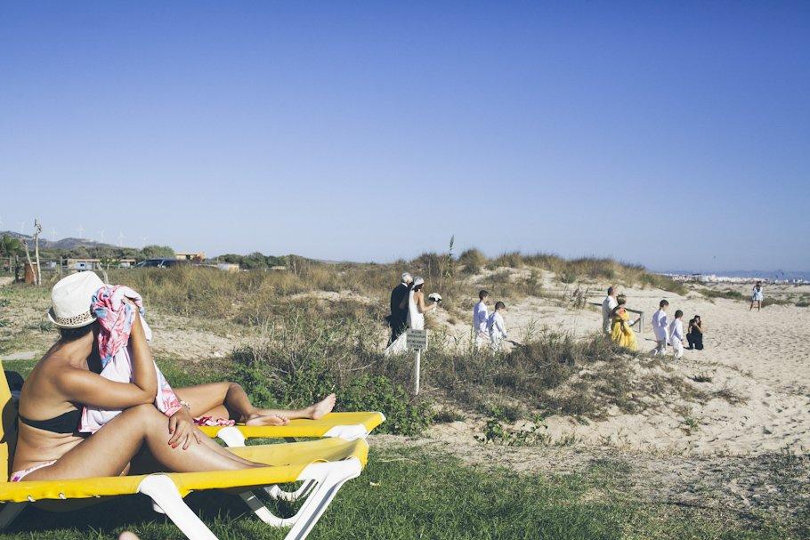 Boda en la playa de Tarifa en Hotel Tres Mares - Cuatro Corazones Fotografía por Juanlu Corrales