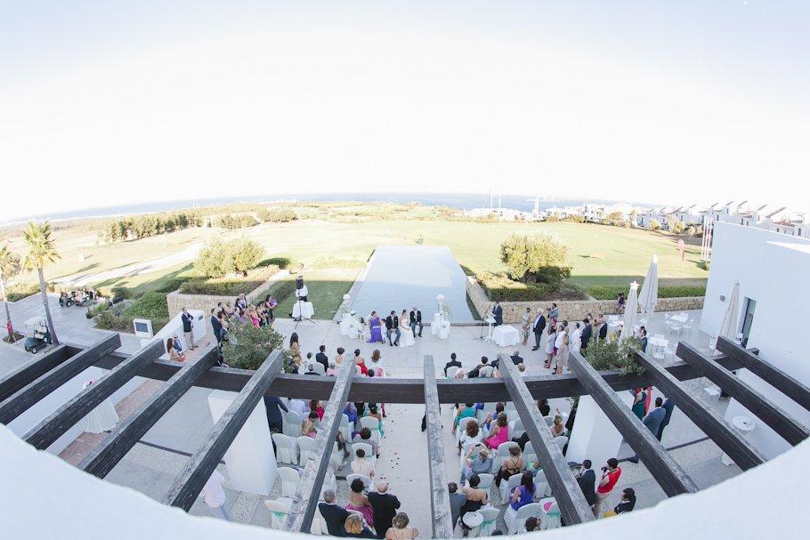 boda en Boda en Alcaidesa Golf. Ceremonia civil con Lourdes y Raúl - Cuatro Corazones Fotografía por Juanlu Corrales