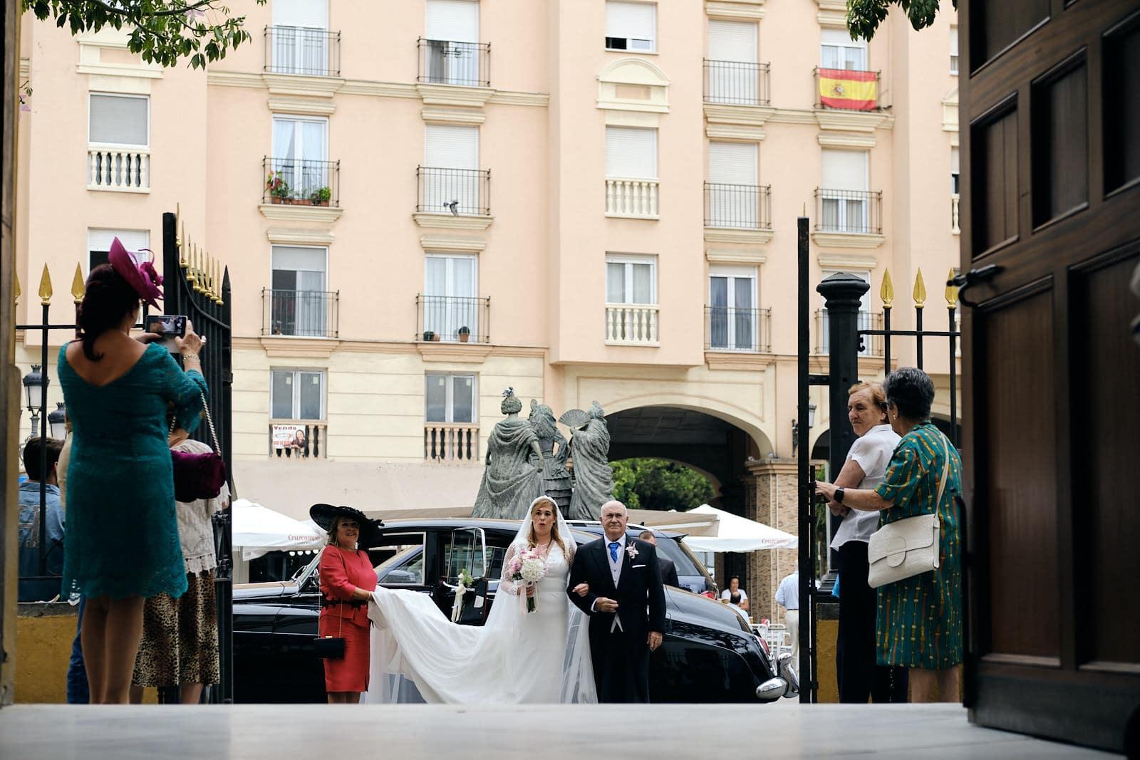 entrada de la novia en la iglesia